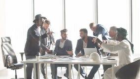 Gemengde ras bedrijfsmensen die bij bureau in bureau ruzie maken stock videobeelden