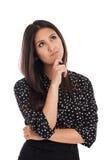 Gemengde ras bedrijfsvrouw denken die die op wit wordt geïsoleerdJ Stock Afbeeldingen