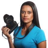 Gemengde ras vrouwelijke fotograaf met DSLR-camera stock fotografie
