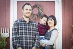 Gemengde Rasfamilie die Pret heeft buiten royalty-vrije stock afbeelding