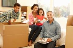 Gemengde rasfamilie in nieuw huis royalty-vrije stock foto's