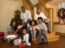 Gemengde rasfamilie rond Kerstmisboom stock afbeeldingen