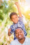 Gemengde Rasjongen en Afrikaanse Amerikaanse Vader Playing Outdoors royalty-vrije stock foto