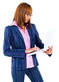 Gemengde rasvrouw die laptop met behulp van Stock Afbeelding
