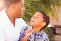 Gemengde Raszoon en Afrikaanse Amerikaanse Vader Playing Outdoors royalty-vrije stock afbeeldingen