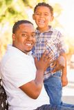 Gemengde Raszoon en Afrikaanse Amerikaanse Vader Playing Outdoors Toge stock afbeelding