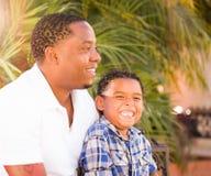 Gemengde Raszoon en Afrikaanse Amerikaanse Vader Playing Outdoors Toge stock afbeeldingen