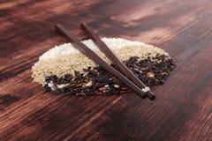 Gemengde rijst met eetstokjes. stock foto's