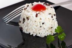 Gemengde rijst met tomaat en peterselie Stock Foto's