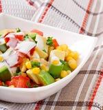 Gemengde salade met avocado, tomaten en suikermaïs Stock Afbeeldingen