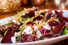 Gemengde salade met gebakken bieten en geitkaas Stock Foto's
