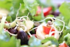 Gemengde salade met olijven, banaan en bonen stock afbeelding