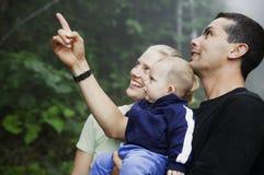 Gemengde Spaanse Familie met de Leuke Jongen van de Baby in Ra Stock Fotografie