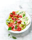 Gemengde Tomatensalade met Mozarella en vers Basilicum stock foto