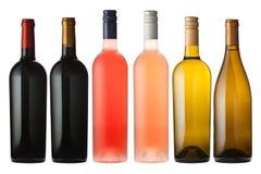 Gemengde wijnflessen op wit stock afbeelding