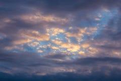 Gemengde wolken donkere avond skyscape Stock Afbeelding