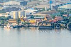 Gemenskap och tempel på Chao Phraya River Arkivbild