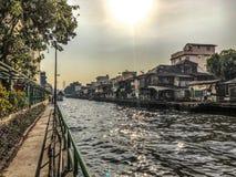 Gemenskaper nära kanalen, Bangkok, Thailand arkivbilder