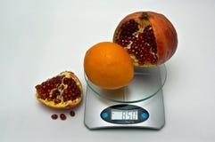 Gemiddeld gewicht van oranje granaatappel. Royalty-vrije Stock Foto's