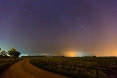 Geminid meteor i himlen för stjärnklar natt Fotografering för Bildbyråer