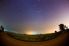 Geminid meteor i himlen för stjärnklar natt Royaltyfri Bild