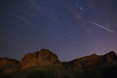 Geminid meteorregn och himmel för stjärnklar natt arkivfoton