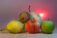 Gemischt von den Früchten mit rosa Hintergrund Stockbild