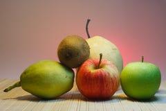 Gemischt von den Früchten mit rosa Hintergrund Stockfotografie