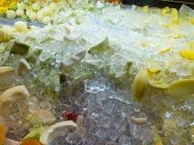 Gemischte frische Früchte gegossen mit Eis-Würfel lizenzfreies stockbild
