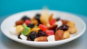 Gemischte trockene Nüsse und Früchte Gesundes Lebensmittel und Snack stock footage