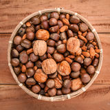 Gemischte verschiedene Arten von Nüssen in den Oberteilen, Acajoubaum, Mandel, Walnuss, Lizenzfreie Stockfotos