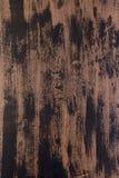 Gemischte vertikale Streifen der starken Farbe in den Schatten von Schwarzem und von Braunem auf hölzerner Planke Stockfoto