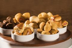 Gemischter brasilianischer Snack auf dem Tisch Stockbilder