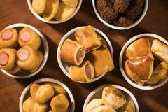 Gemischter brasilianischer Snack auf dem Tisch Stockfotografie