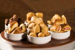 Gemischter brasilianischer Snack auf dem Tisch Lizenzfreie Stockfotos