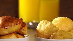 Gemischter brasilianischer Snack auf dem Tisch stock video