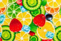 Gemischter bunter geschnittener Fruchthintergrund lizenzfreie stockfotografie