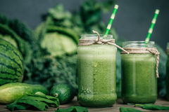 Gemischter grüner Smoothie mit Bestandteilen Lizenzfreies Stockfoto