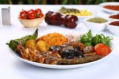 Gemischter türkischer Kebab auf Aufsteckspindeln Lizenzfreies Stockfoto