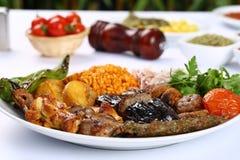 Gemischter türkischer Kebab auf Aufsteckspindeln Stockfoto