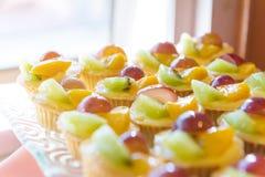 Gemischtes frische Frucht-Vanillepudding-Törtchen stockfoto