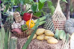 Gemischtes frisches buntes Gemüse, das auf Tabelle darstellt Stockbild