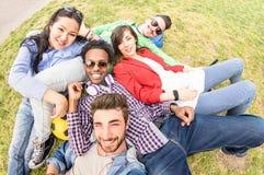Gemischtrassige beste Freunde, die selfie am Wiesenpicknick - glückliches Freundschaftsspaßkonzept mit junge Leute millenials hab stockbild