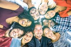 Gemischtrassige beste Freunde millennials, die draußen selfie nehmen stockfoto