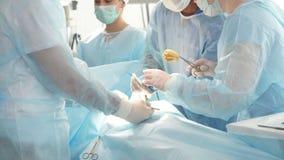 Gemischtrassige Chirurgen verhindern eine Krankheit oder sie zu kurieren stock footage