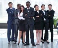 Gemischtrassige Geschäftsteamleute gruppieren das Lächeln an der Kamera Stockfotografie