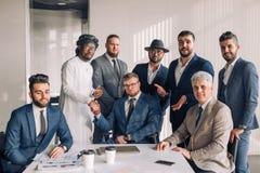 Gemischtrassige Gruppe des Geschäftsteams aus Männern nur mit Exekutivinnen bestehend lizenzfreie stockfotos