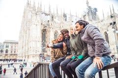 Gemischtrassige Gruppe Freunde, die selfie in Mailand nehmen lizenzfreie stockbilder