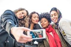Gemischtrassige Gruppe Freunde, die selfie nehmen stockfotos