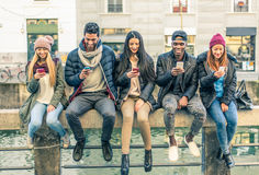 Gemischtrassige Gruppe von Personen mit Mobiltelefonen Lizenzfreie Stockfotos